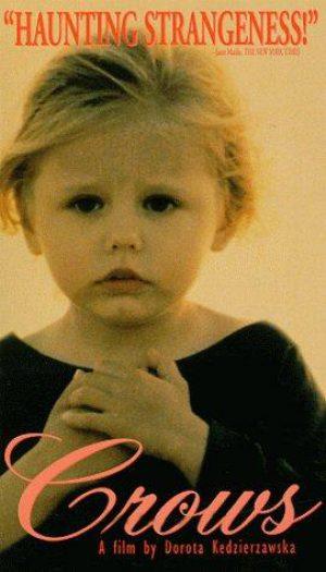 Wrona to dziewczynka, której brakuje miłości ze strony wiecznie zapracowanej matki. Z tego powodu rodzi się w niej agresja.